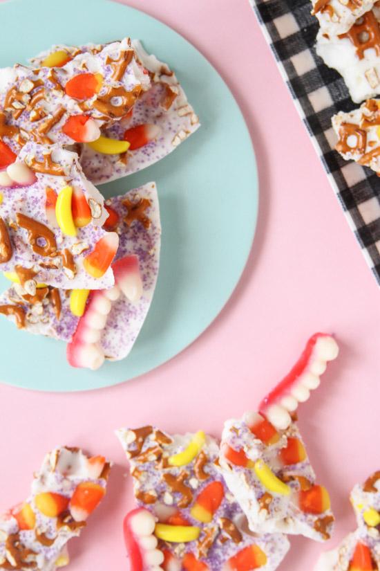 (Super Delicious) Halloween Candy Bark Recipe 2 Ways