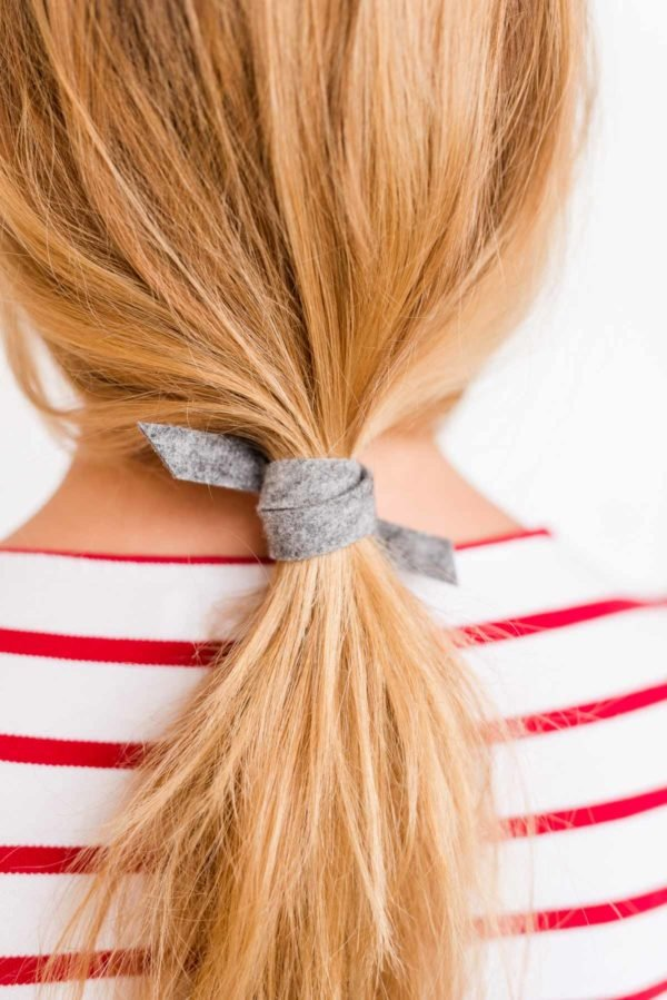 How to create an effortless ponytail (in 3 minutes) with a piece of felt