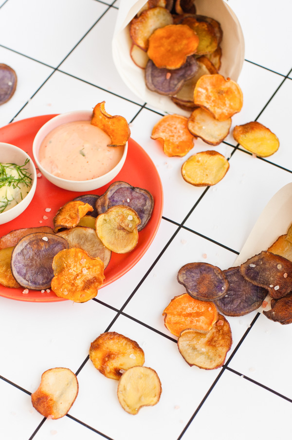 Homemade (baked) potato chips with garlic dill sauce and sriracha mayo. Click through for the recipe.