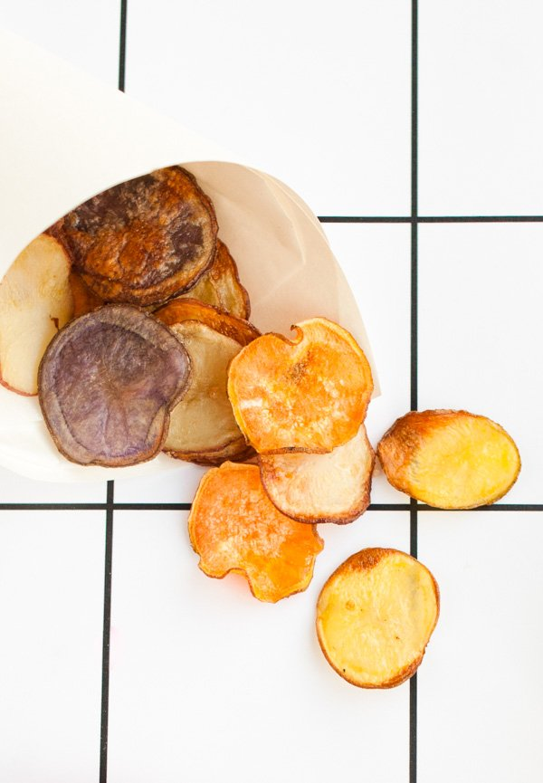 Homemade (baked) potato chips. Click through for the quick and easy recipe.