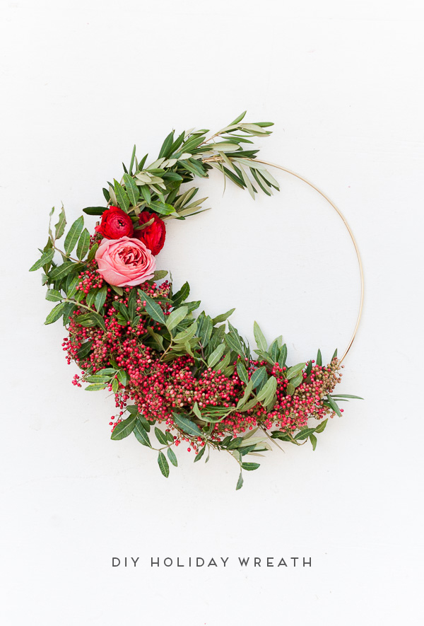 Make an asymmetrical holiday wreath with fresh pepper berry and ranunculus (click through for the tutorial). #wreath #holiday #christmas #christmasdiy #diy #holidaywreath