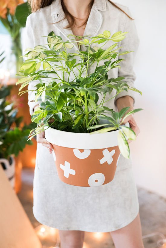 terra cotta painted planter from designlovefest (and 40+ other DIY holiday gift ideas that don't suck)