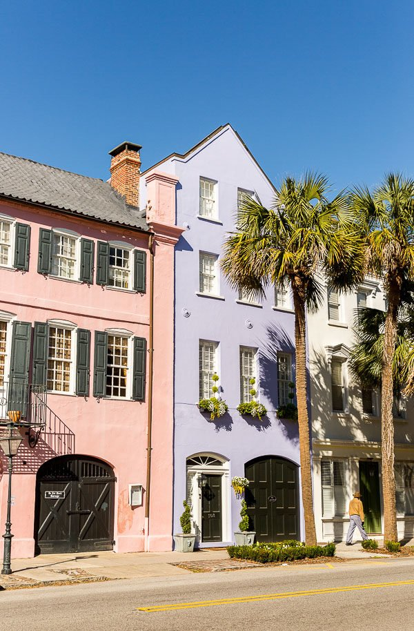 The Cool Girls Travel Guide to Charleston, South Carolina featuring Instagram-worthy buildings, restaurants, shopping, and more.