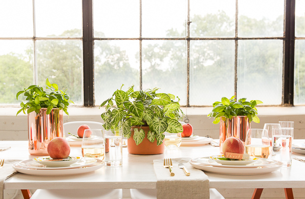 A simple, effortless chic dinner party. Click through for quick DIY ideas and simple tricks for chic AF entertaining the easy way.