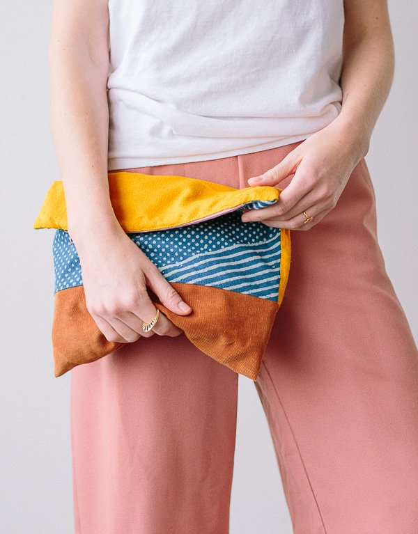 Make this DIY foldover clutch! Click through for the tutorial for the simple sewing project (it's fully lined too). #clutch #diy #tutorial #sewing #sewingproject #patchwork #howto #fashionaccessories