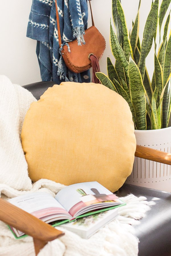 How to Make a DIY Circle Pillow for you Home. #pillow #diy #tutorial #circlepillow #roundpillow #homedecor #housewares #midcentury #interiors