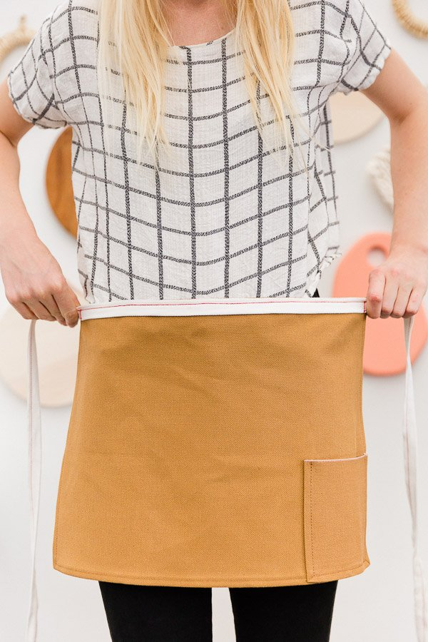 Make a durable DIY half Apron from a $4 placemat in just a few minutes with this easy to follow tutorial. Great for cooking and crafts! #diy #sewing #easysewing #simplesewing #apron #diyapron #crafting #cooking