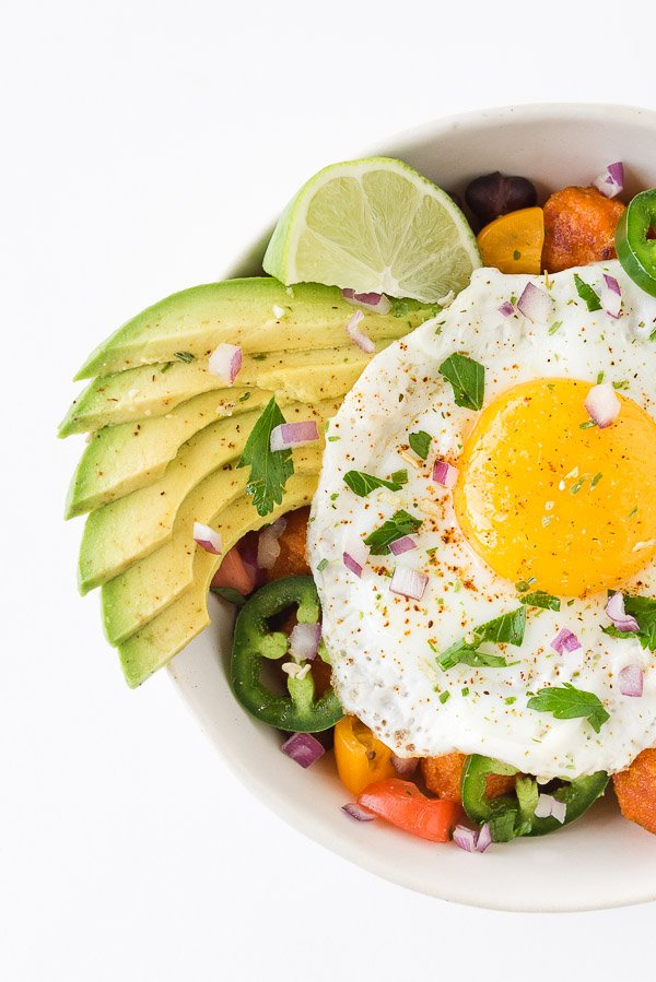 These Mexican breakfast bowls are dairy-free and vegetarian friendly (for those that eat eggs). #recipe #mexicanbreakfastbowl #breakfastbowl #breakfast #yum
