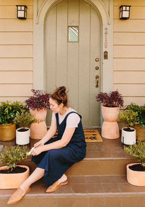 That Plant Life: Easy Spring Decorating for a Small Porch (with Plants) + DIY Totem Planters. #planters #diyplanters #smallporch #porchinspiration #outdoorspace #frontdoor