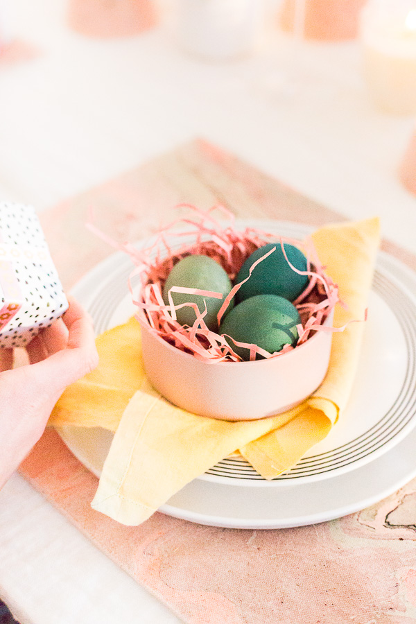 Spring Entertaining Idea: Muted color dyed Easter eggs place setting idea. Click through for all 6 simple tablescape ideas for spring and Easter entertaining. #entertaining #modernentertaining #easter #pastels #flowerpower #floralcenterpiece #diy