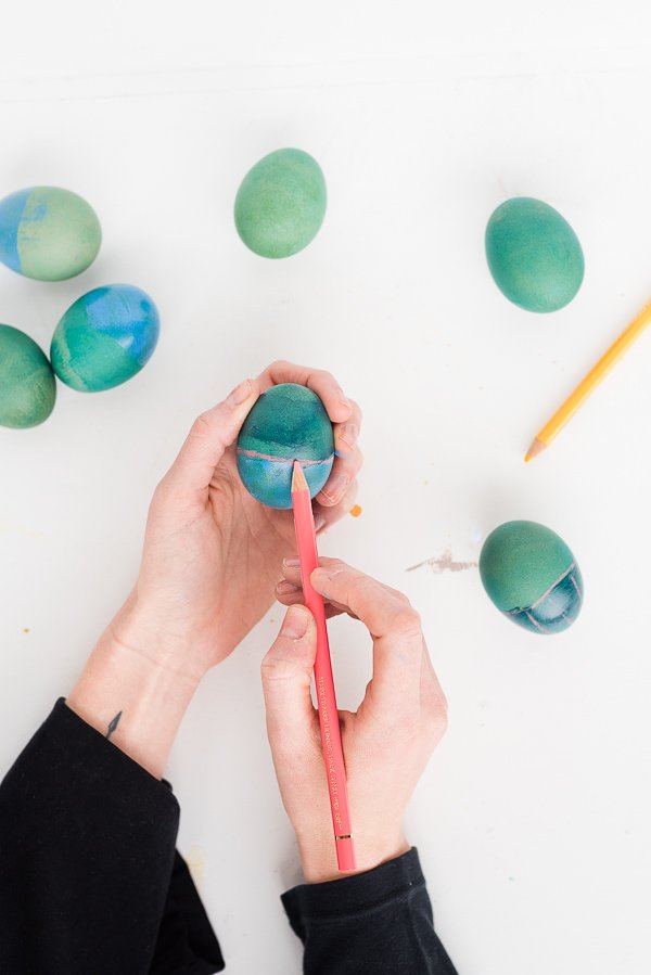 Easter DIY to Try: Rothko Inspired Easter Eggs. Click through for the tutorial (surprise - there's no paint involved). #easter #eastereggs #diy