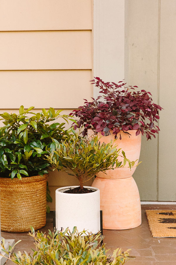 Make thes DIY Totem Planters for your front porch! Click through for the tutorial. #planters #diyplanters #smallporch #porchinspiration #outdoorspace #frontdoor