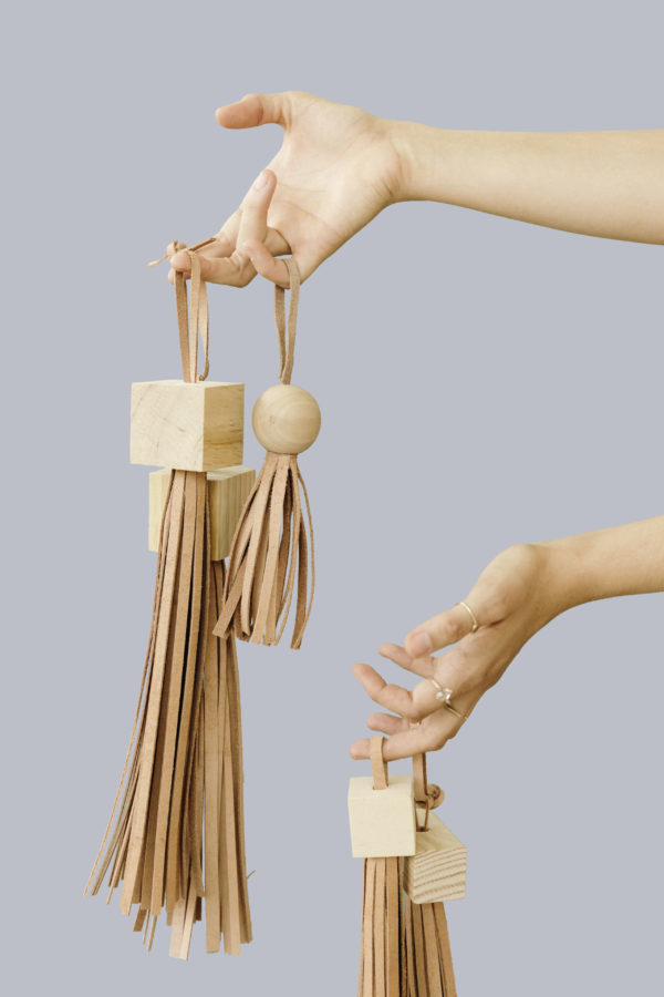 DIY statement tassels for purses, luggage, etc. Click through to see all 43 DIY ideas for mom. #mothersday #diygifts #giftsformom