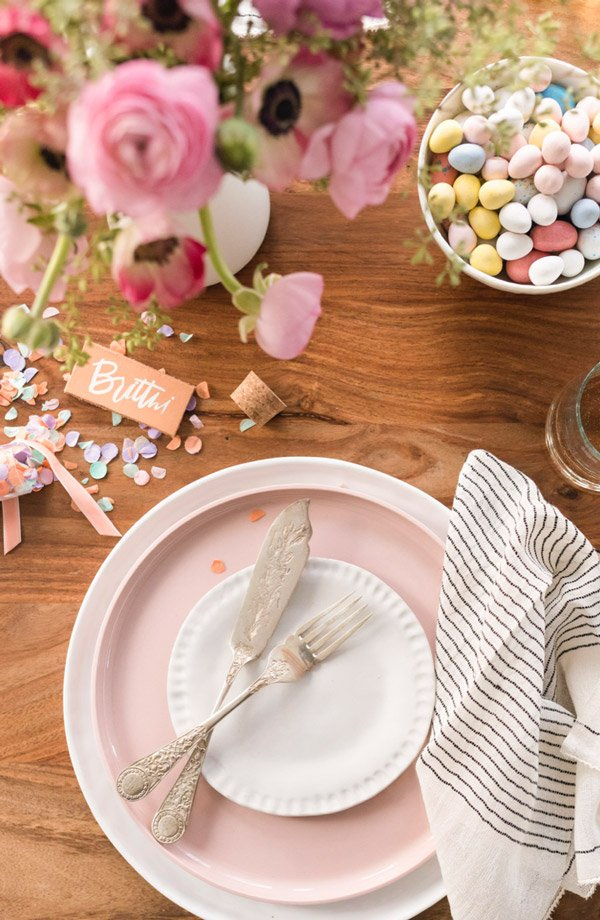 How to throw a (minimal) spring dinner party - mix and match dinnerware to create a casual, cool vibe. #spring #dinnerparty #entertaining #springentertaining