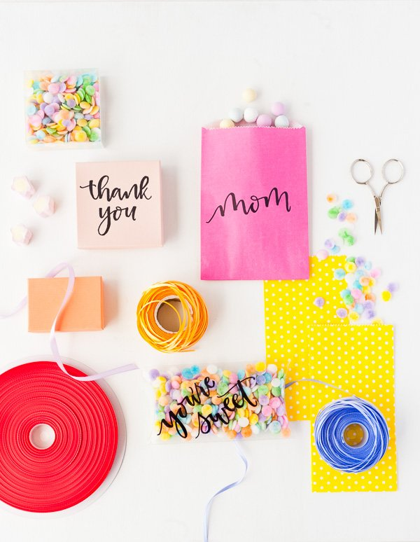 Customize your giftwrap for Mother's Day with this simple tutorial. Check out my ultimate Mother's Day Gift Guide: Gifts You Can DIY for more ideas! #mothersday #giftideas #diygifts