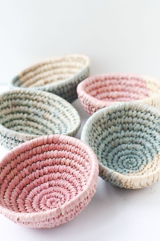 These dip-dyed woven dishes are a great gift idea for Mom. Check out my ultimate Mother's Day Gift Guide: Gifts You Can DIY for more ideas! #mothersday #giftideas #diygifts