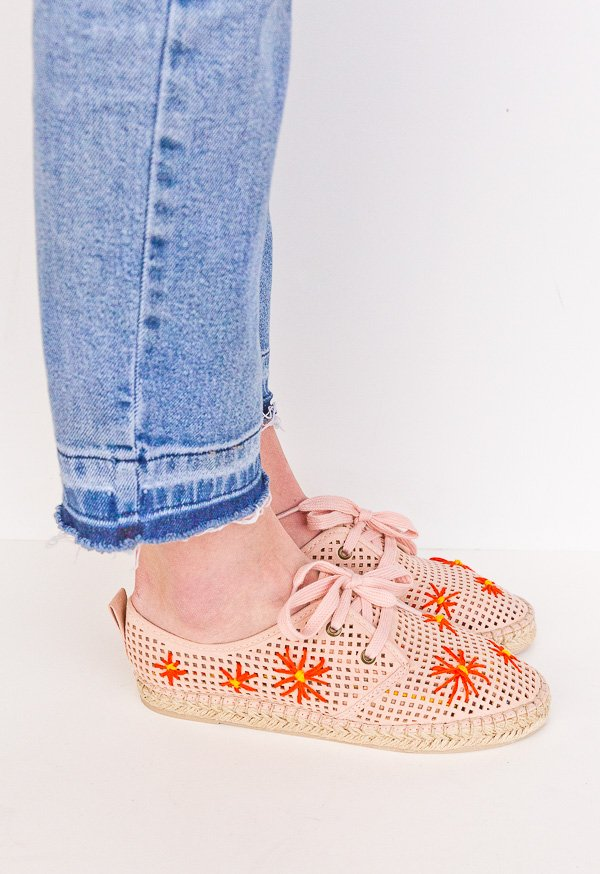 DIY shoe makeovers for spring (flower pattern). Click through for all three tutorials. #shoemakeover #diyshoes #diy #fashion #springfashion