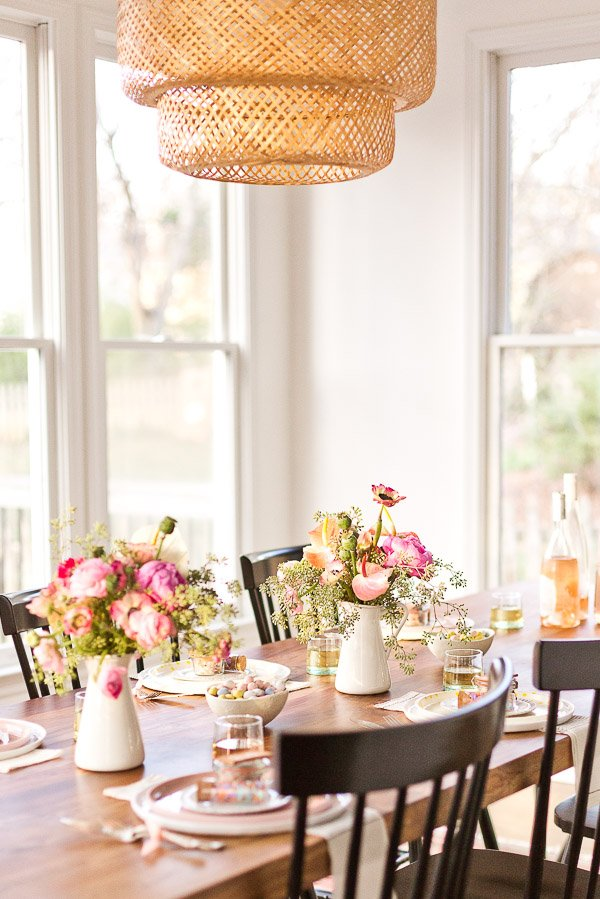How to throw a (minimal) spring dinner party just in time for Mother's Day. Click through for all the DIY ideas. #spring #dinnerparty #entertaining #springentertaining