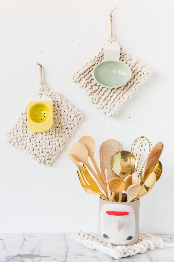 For Moms who love to cook, take a look at these DIY potholders - no tools required! Check out my ultimate Mother's Day Gift Guide: Gifts You Can DIY for more ideas! #mothersday #giftideas #diygifts