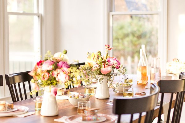 How to throw a (minimal) spring dinner party just in time for Mother's Day. #spring #dinnerparty #entertaining #springentertaining