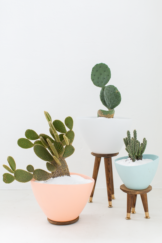Mid-Century Modern DIY Plant Stand from Sugar & Cloth. Check out 23 Planters You Can DIY! #plants #diyplanter #planter #pots