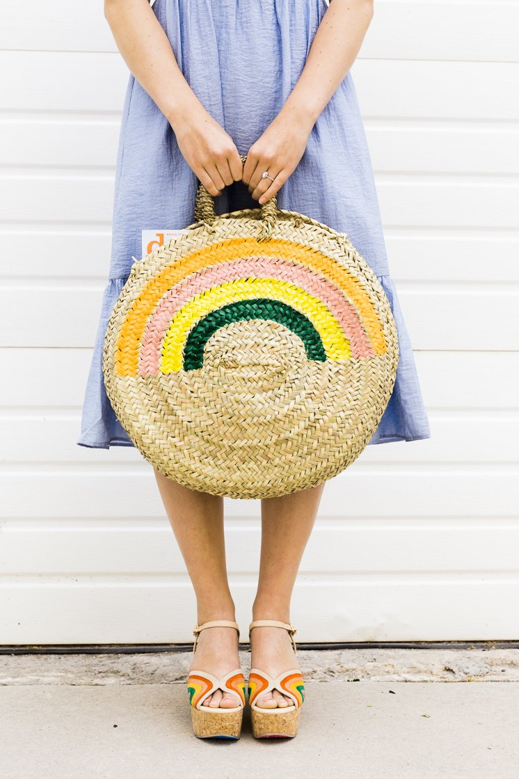 Get Mom beach weekend ready with this DIY rainnbow tote from The House That Lars Built. Check out my ultimate Mother's Day Gift Guide: Gifts You Can DIY for more ideas! #mothersday #giftideas #diygifts