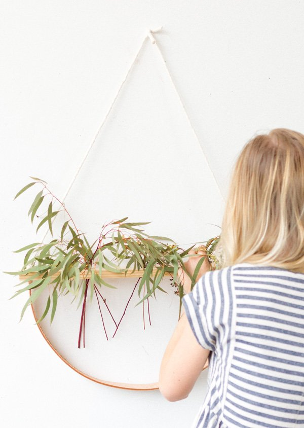 A Minimal Wall Hanging DIY that Doubles as a Plant Holder #wallhanging #diyart #diywallart #diyplanter #diy #weekendproject