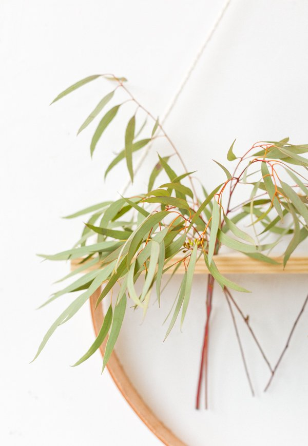 How to make a minimal wall hanging DIY that doubles as a plant holder. #wallhanging #diyart #diywallart #diyplanter #diy #weekendproject