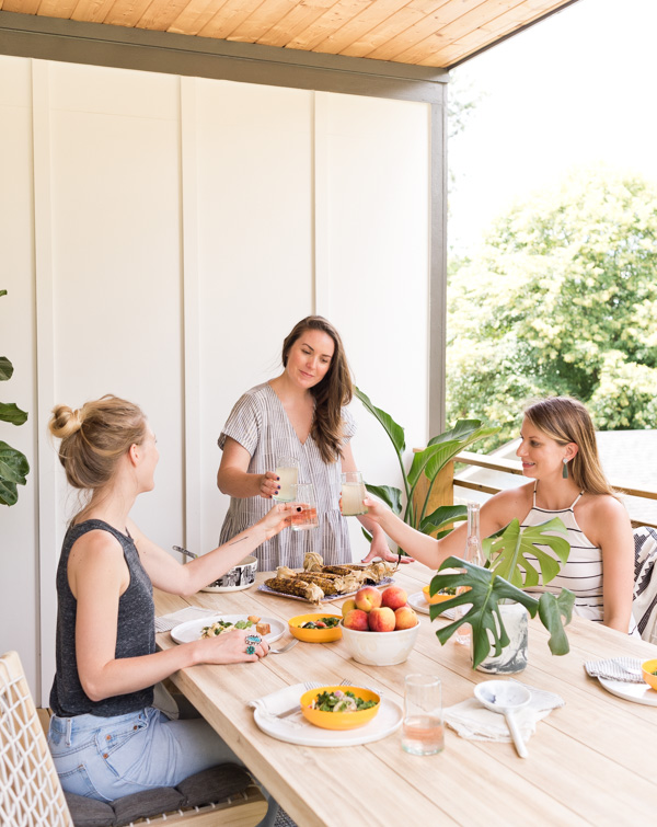 Summer essentials for outdoor entertaining. Including the perfect outdoor furniture, accessories, food and drink recipes! #summer #summerentertaining