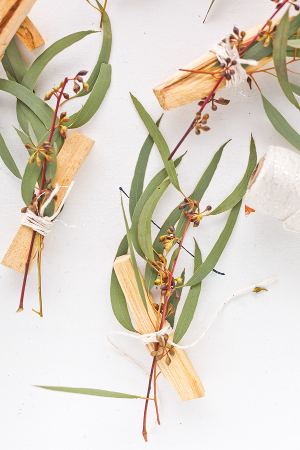Make eucalyptus palo santo bundles as gifts and wedding favors from Paper and Stitch. Click through for more. #palosanto #incense #diyincense #diystressrelief #diyweddingfavor #diygift