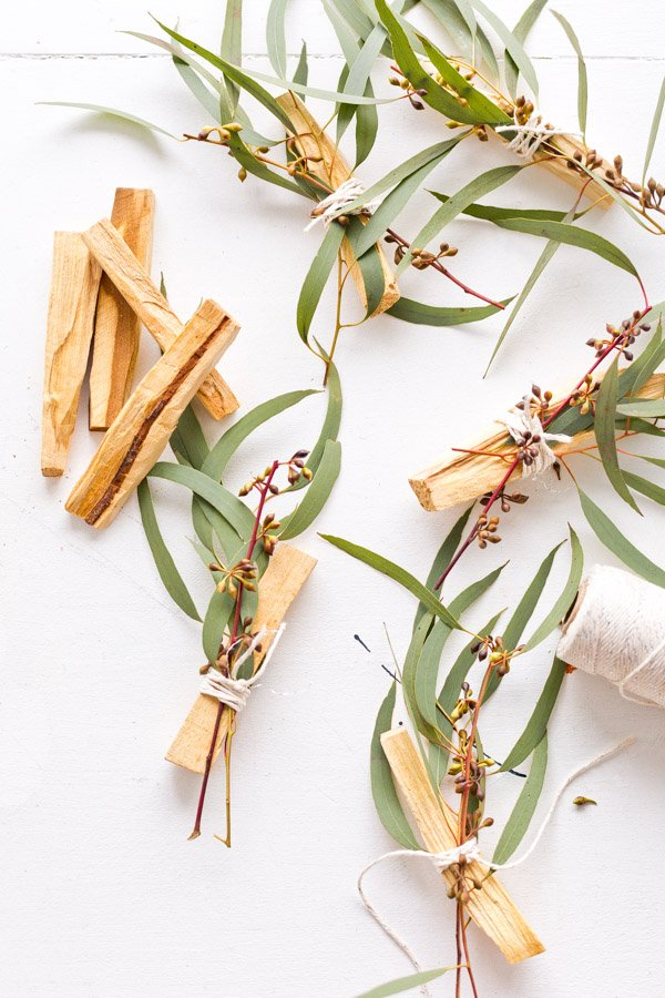 How to make eucalyptus palo santo bundles as gifts and wedding favors, from Paper and Stitch. Click through for more. #palosanto #incense #diyincense #diystressrelief #diyweddingfavor #diygift