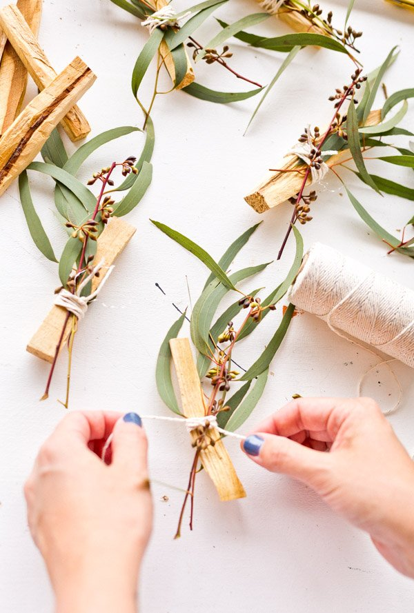 Learn how to make eucalyptus palo santo bundles as gifts and wedding favors on Paper and Stitch. It's easy and super affordable! #palosanto #incense #diyincense #diystressrelief #diyweddingfavor #diygift