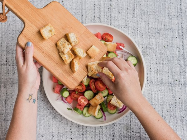 Make your own croutons and add them into the panzanella salad for summer. #summersalads #saladrecipe #summerrecipe #panzanellasalad