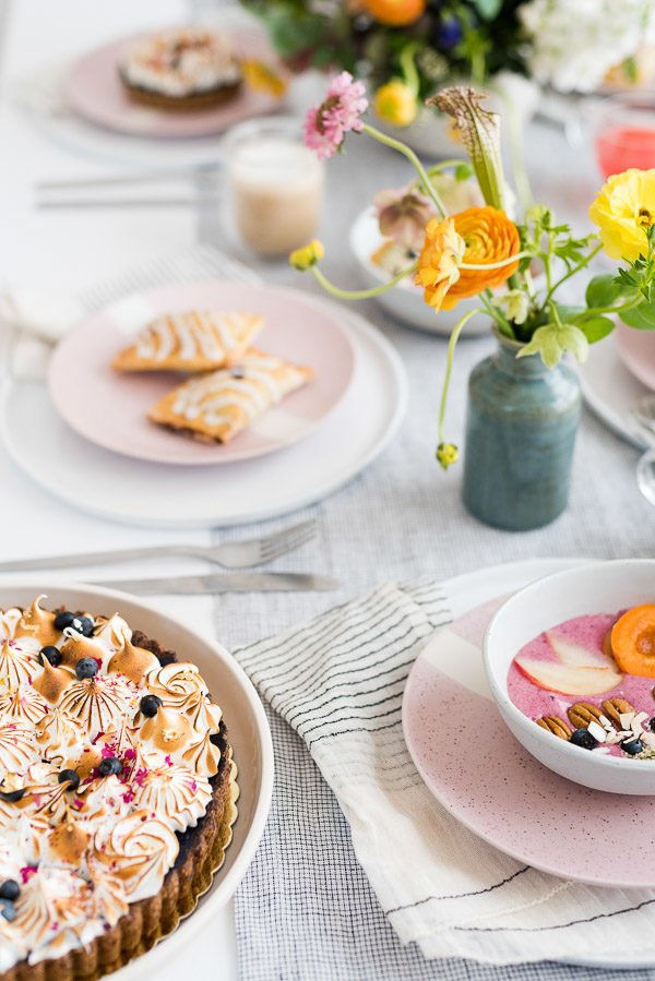 Bunch Inspo! Check out this colorful (but minimal) brunch from Paper and Stitch, filed with easy, accessible ideas for the perfect party without the effort. #brunchinspiration #summerentertaining #pastelvibes #brunch