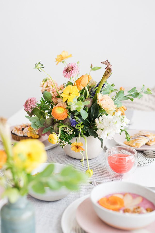 That centerpiece! #flowerpower #floralinspiration #brunchflorals #brunchinspiration #summerentertaining #pastelvibes #brunch