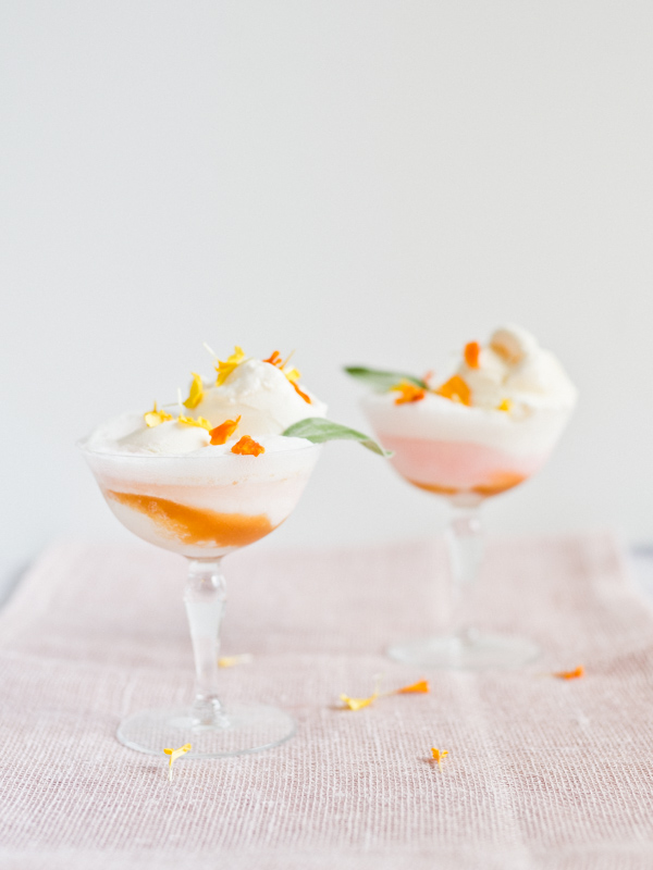 Peaches and cream soda floats! It's a must-try for summer entertaining. Click through for the recipe. #sodafloats #entertainingrecipes #icecreamfloats #peachesandcream