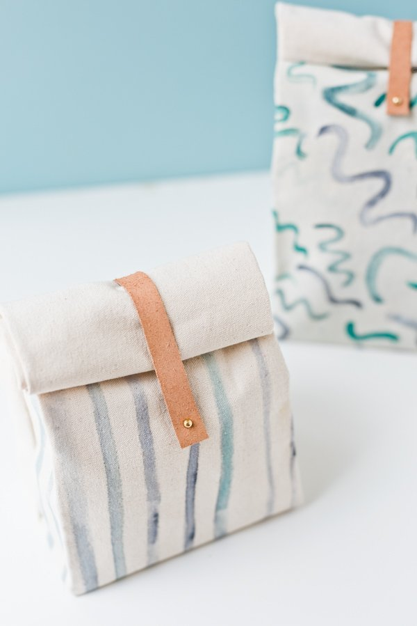 Learn how to make a canvas lunch bag for back to school. Click through for the tutorial. #backtoschool #diybacktoschool #lunchbag #diylunchbag #diylunchbox #backtoschoolproject #kidsproject #diykidsproject