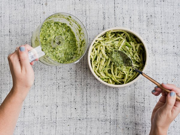 Fresh pesto for a zucchini noodle salad that taste fresh AND oh so creamy. This summer salad recipe is insanely delicious. #summersalads #saladrecipe #summerrecipe #zucchininoodlesalad