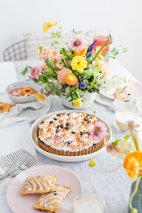 How to throw a beautiful brunch with friends without a ton of effort. Click through to 'latte the day away' with this colorful minimal brunch inspiration. #brunchinspiration #summerentertaining #pastelvibes #brunch