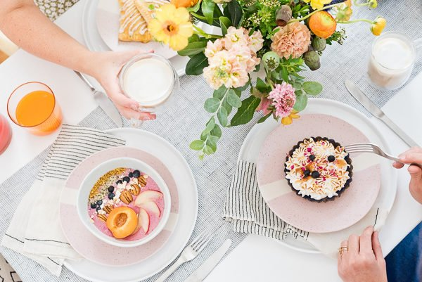 Click through to 'latte the day away' with this colorful minimal brunch inspiration. #brunchinspiration #summerentertaining #pastelvibes #brunch