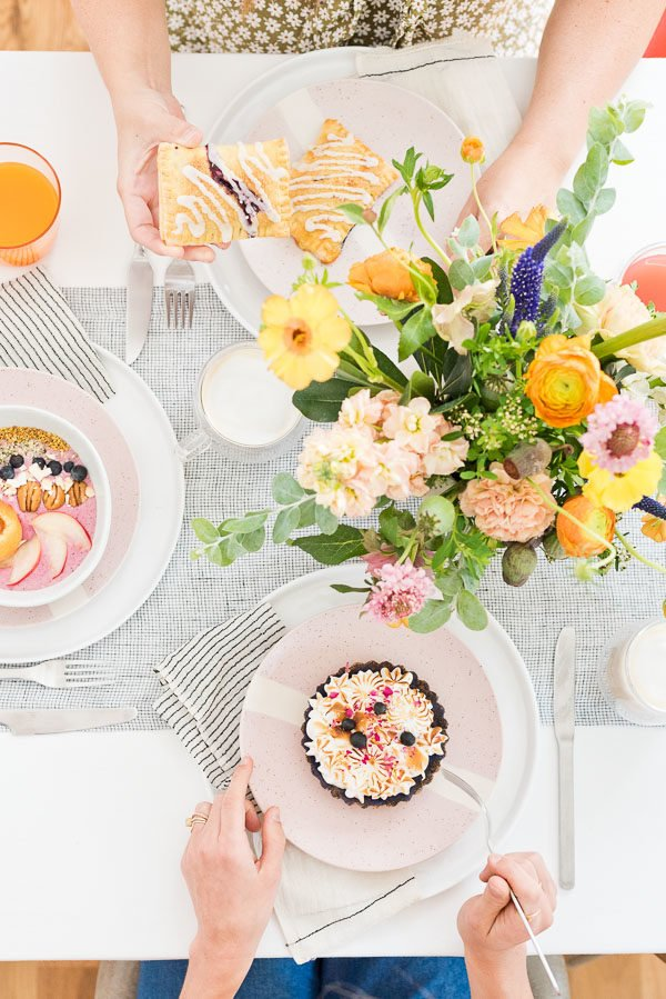 How to throw a beautiful brunch with friends without a ton of effort. Click through to 'latte the day away' with this colorful minimal brunch inspiration from Paper and Stitch. #brunchinspiration #summerentertaining #pastelvibes #brunch