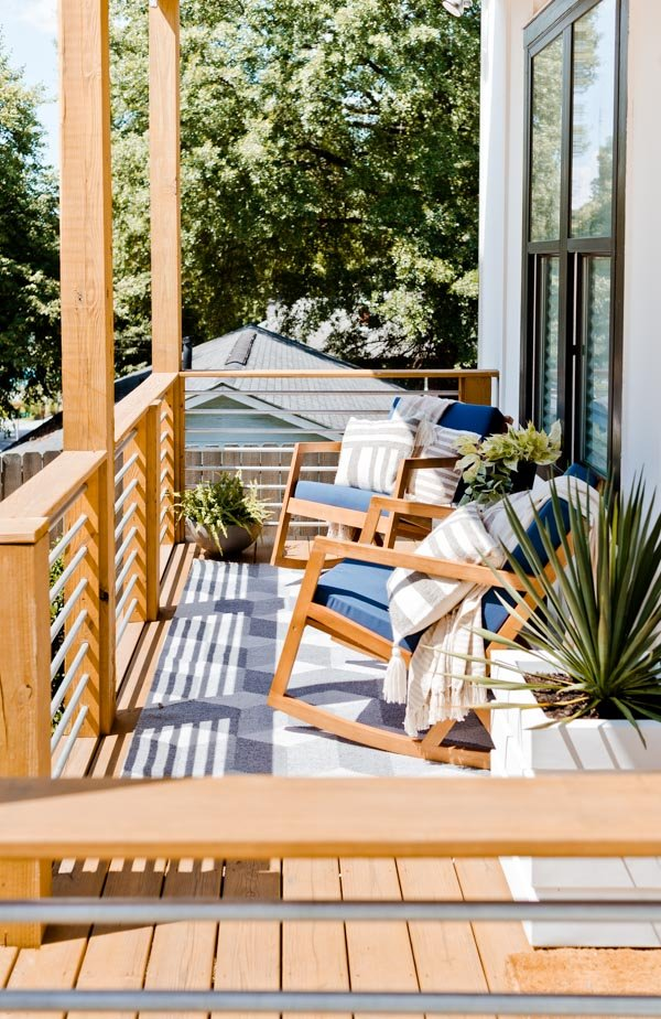 Front porch makeover from Brittni Mehlhoff of Paper and Stitch. Click through for a little inspiration for decorating a small outdoor space. #frontporchreveal #outdoorreveal #outdoormakeover #frontporchmakeover