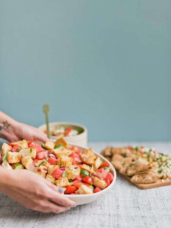 An easy panzanella recipe for summer! Click through for 3 easy summer salads perfect for entertaining. #summersalads #saladrecipe #summerrecipe #panzanellasalad