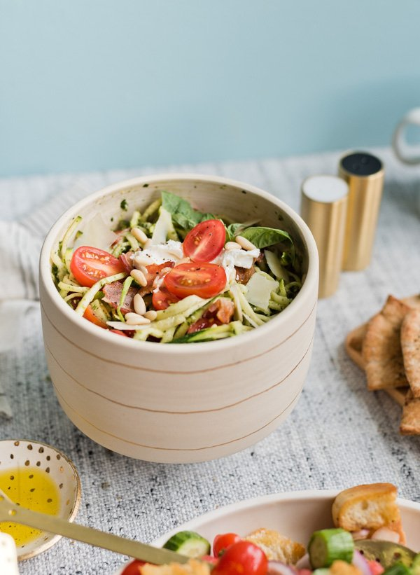 Finally! A zucchini noodle salad that taste fresh AND oh so creamy. This summer salad recipe is insanely delicious. #summersalads #saladrecipe #summerrecipe #zucchininoodlesalad