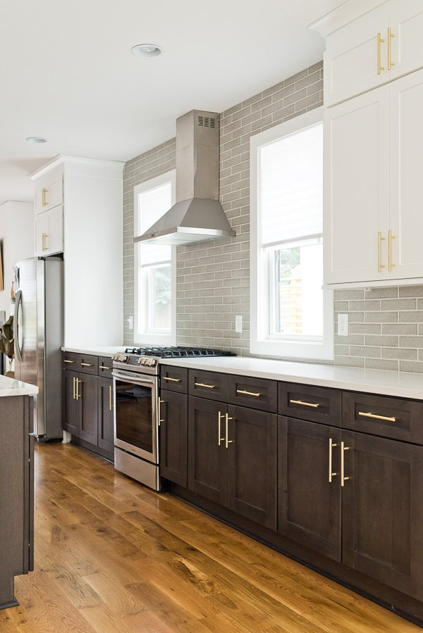 Before. Click through for inspiration for a modern kitchen makeover, that will still work for renters! #beforekitchen #kitchenmakeover #kitcheninspiration
