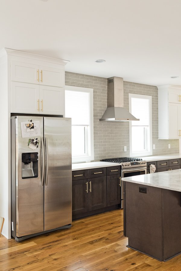 Before images for a modern kitchen makeover (and all the ideas are renter friendly)! #beforekitchen #kitchenmakeover #kitcheninspiration #renterfriendlymakeover