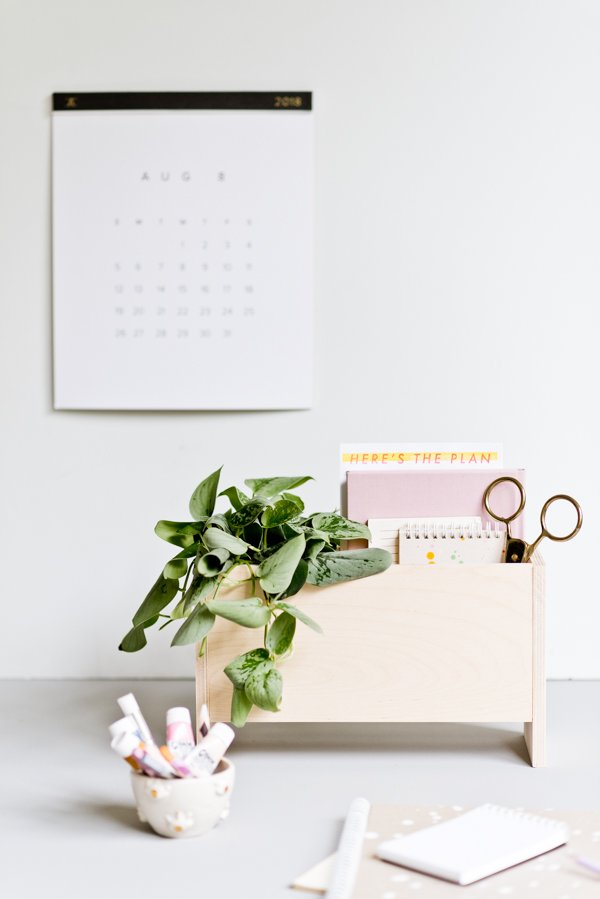Organize your desk once and for all with this modern DIY desk organizer and planter caddy. #backtoschool #backtoschooldiy #organization #diyorgnaizer #deskdiy #homedecordiy #woodproject #modernwoodproject