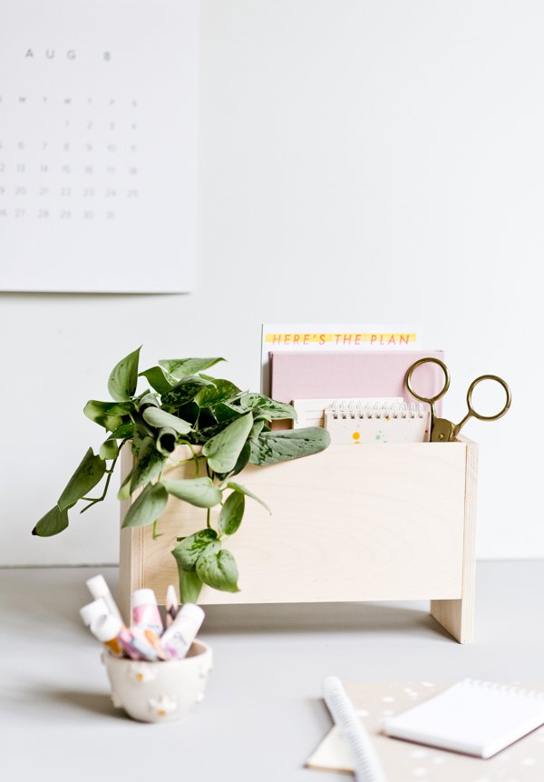 How to Make a Modern DIY Desk Organizer. Click through for step by step instructions. #backtoschool #backtoschooldiy #organization #diyorgnaizer #deskdiy #homedecordiy #woodproject #modernwoodproject