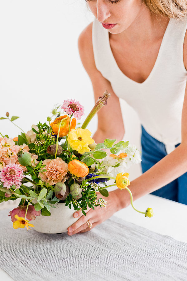 8 tips from a florist for easy flower arranging at home. #floralarrangement #summerflowers #summercenterpiece #wildflowersarrangement #colorfulflowerarrangement