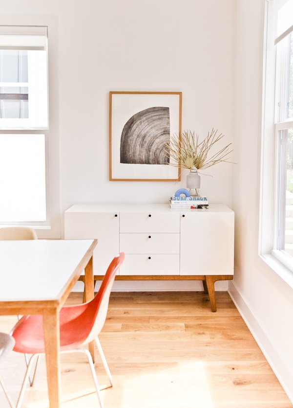 An organic modern dining room makeover. Click through to visit the home of Brittni Mehlhoff, editor of Paper and Stitch. #organicmoderndecor #organicmoder #diningroom #midcenturydiningroom #minimalmoderndining